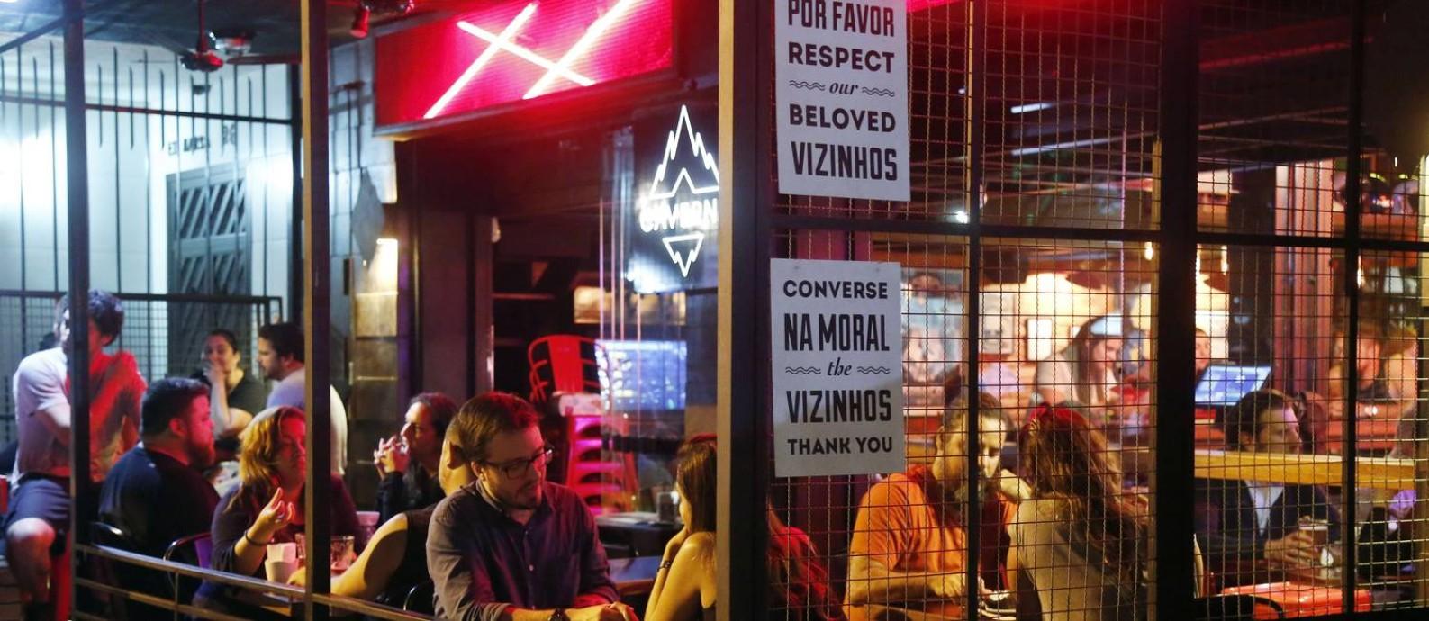 No bar Caverna, em Botafogo, o aviso para que os clientes respeitem os vizinhos Foto: Marcos de Paula / Agência O Globo