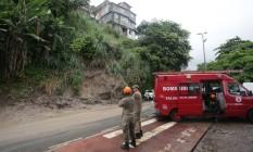 Deslizamento de terra causa interdição na Avenida Niemeyer Foto: Marcio Alves / Agência O Globo