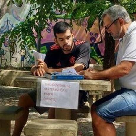 Silvério com o primeiro aluno que foi tirar dúvida na praça Foto: Foto do leitor / Van Novaes