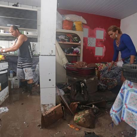Quitinete de vendedora foi invadida por uma mistura de barro, lixo e água Foto: Marcio Alves / Agência O Globo