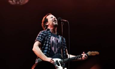 Eddie Vadder durante o show no Pearl Jam no Maracanã Foto: Lucas Tavares / Agência O Globo