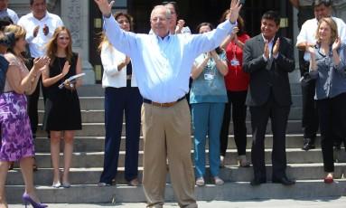 Pedro Pablo Kuczynski cumprimenta cidadãos após renúncia a cargo de presidente do Peru Foto: HANDOUT / REUTERS