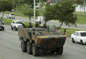 Exército faz patrulhamento na Avenida Brasil Foto: Gabriel de Paiva / Agência O Globo