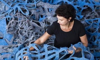 Suzana Queiroga prepara a obra 'Topos', que ocupa uma sala no Paço Imperial Foto: Gabi Carrera/Divulgação