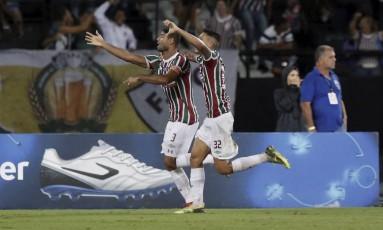 Gum comemora com Pedro o gol que abriu o placar Foto: Marcelo Theobald / Agência O Globo