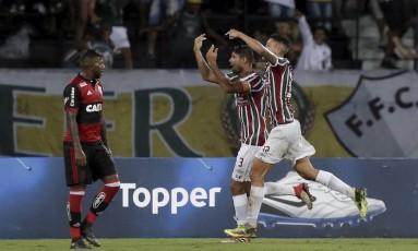 Enquanto Gum e Pedro comemoram, Rodinei, atônito, só observa Foto: Marcelo Theobald / Agência O Globo