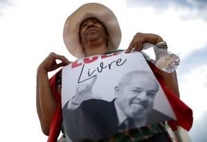 Manifestante vai ao STF protestar contra a condenação de Lula Foto: UESLEI MARCELINO / REUTERS