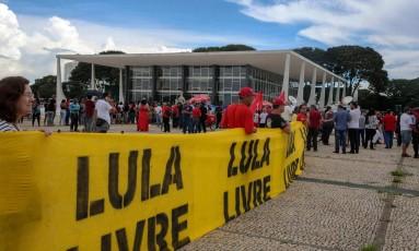 Manifestantes levam faixa de apoio a Lula ao STF Foto: VALTER CAMPANATO / AFP