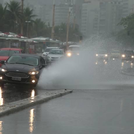 Bolsões de água provocado pela chuva na manhã desta quinta-feira em Copacabana Foto: Fabiano Rocha / Agência O Globo