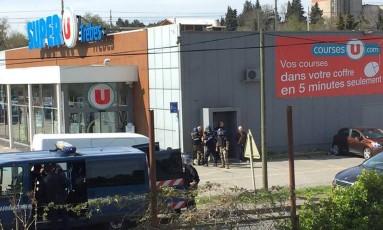 Policiais no local de uma situação de reféns em um supermercado em Trèbes, em Aude, na França Foto: SOCIAL MEDIA / REUTERS