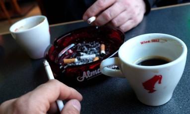 O cigarro responde por 15% dos novos casos de câncer no Reino Unido Foto: JOE KLAMAR / AFP