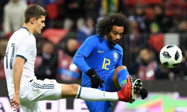 Zobnin tenta a marcação sobre Marcelo no amistoso entre Rússia e Brasil em Moscou Foto: KIRILL KUDRYAVTSEV / AFP