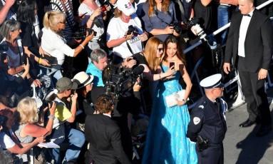 A atriz Michelle Yeoh posa para uma selfie na abertura do Festival de Cannes de 2017 Foto: LOIC VENANCE / AFP