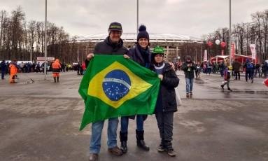Família brasileira chega ao Lujniki para acompanhar a seleção Foto: Bernardo Mello