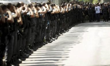 Perfilados, PMs homenageam o soldado Filipe Santos de Mesquita Foto: Gabriel de Paiva
