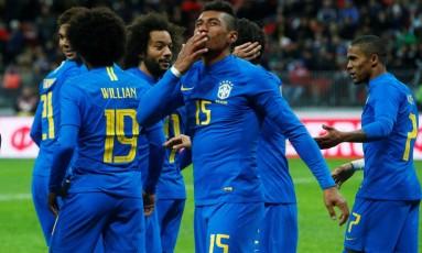 Paulinho comemora o terceiro gol da seleção contra a Rússia Foto: SERGEI KARPUKHIN/Reuters/23-3-2018 / REUTERS