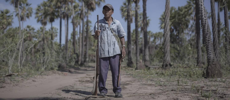 Com uma espingarda de um tiro só, Edmar Oliveira Filho procura por seu rebanho de cabras Foto: Daniel Marenco / Agência O Globo