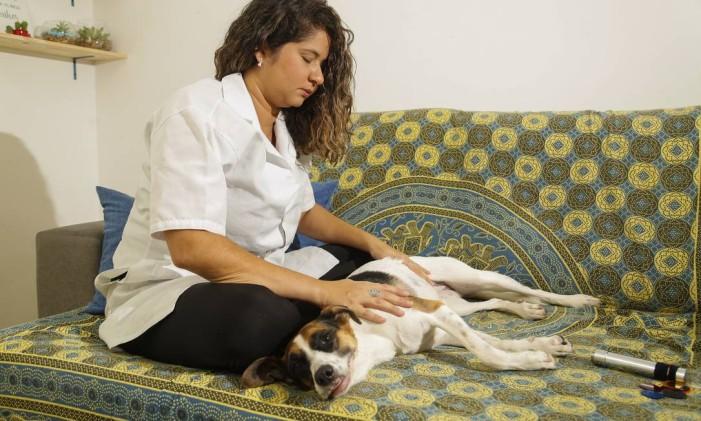 A terapeuta Naiara Sobral oferece reiki para cachorros e gatos Foto: Marcelo de Jesus / Agência O Globo