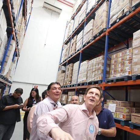 Crivella observa estoque de remédios na Central de Medicamentos Foto: Divulgação/Edvaldo Reis/Prefeitura