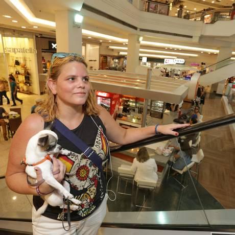 Em boa companhia. Malena de Moraes passeia com a cadelinha Valentina nas dependências do Plaza Shopping Foto: Roberto Moreyra