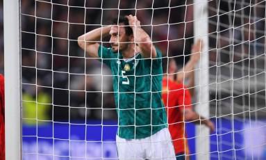O alemão Mats Hummels lamenta chance desperdiçada nesta sexta-feira Foto: PATRIK STOLLARZ / AFP