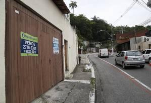 Placas e cartazes anunciam venda de casas de alto padrão na Estrada Fróes Foto: Fábio Guimarães / Agência O Globo