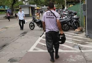 No Centro de Niterói, grupos de mototaxistas se dividem em oito pontos. Eles se organizam diferenciando as cores dos coletes Foto: Bárbara Lopes / Agência O Globo