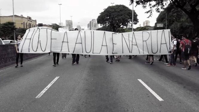 Estudantes secundaristas protestam nas ruas de São Paulo contra o projeto de reestruturação da educação no governo do estado; Manifestações foram reprimidas com truculência pela polícia Foto: Divulgação