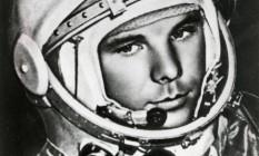 """Yuri Alekseyevich Gagarin nasceu em 1934 e tinha 27 anos quando, em 12 de abril de 1961, deu uma volta completa ao redor da Terra a bordo da nave Vostok 1 — voo que colocou os soviéticos à frente dos americanos na corrida espacial. Filho de camponeses que se tornou piloto da Aeronáutica, foi um dos 20 selecionados para a primeira turma do programa espacial soviético. O jovem acabou escolhido para ser o pioneiro na ida ao espaço por conta de seu 1,57m (a nave era apertada) e da maturidade: """"parece entender a vida melhor que seus pares"""", dizia o relatório do governo. Yuri Gagarin morreu em 27 de março de 1968 em um acidente de avião. Tinha 34 anos. Foto: Reprodução"""