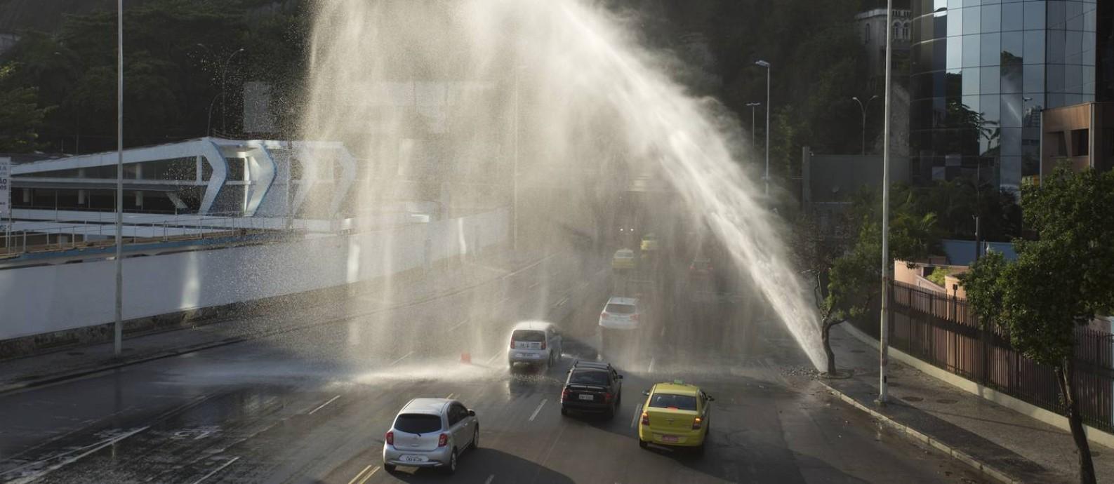Rompimento de tubulação de água no Rio de Janeiro Foto: Márcia Foletto / Agência O Globo