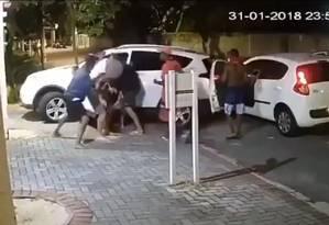 Câmera flagra bandidos rendendo morador do Condomínio Chácara no dia 31 de janeiro Foto: Reprodução