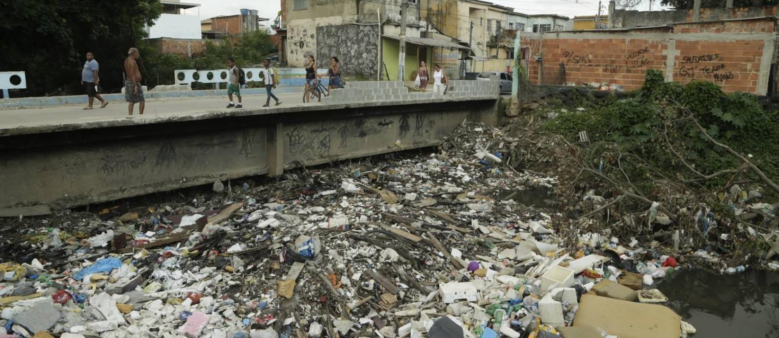 Lixo retido no Rio Sarapuí, em Mesquita, na Baixada Fluminense Foto: / Gabriel de Paiva