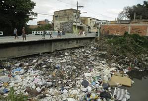 Lixo retido no Rio Sarapuí, em Mesquita, na Baixada Fluminense Foto: Gabriel de Paiva