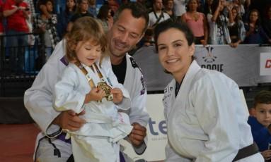 Kyra Gracie, Malvino Salvador e as filhas do casal estarão presentes no evento Foto: Carlos Arthur Jr