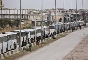 Milhares de pessoas deixam Ghouta Oriental neste mês de março Foto: STRINGER / AFP