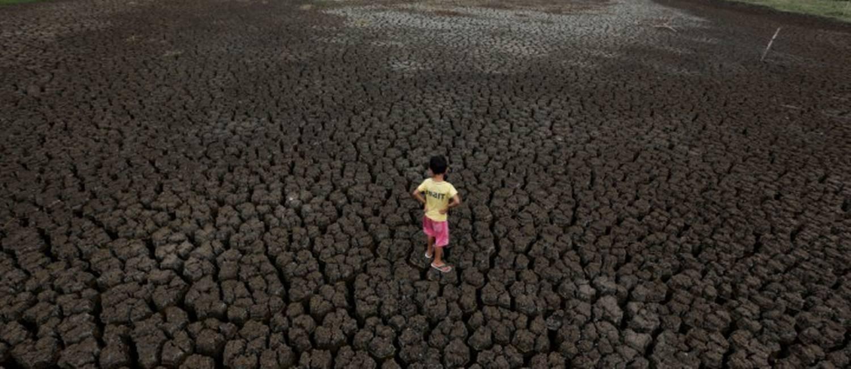 Criança observa o fundo do Boqueirão, na região metropolitana de Campina Grande, durante um dos períodos mais secos da história, em fevereiro de 2017 Foto: Ueslei Marcelino / Agência O Globo
