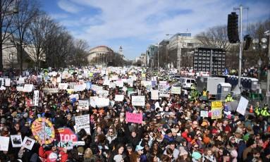 Marcada para o meio-dia deste sábado, a chamada de Marcha Por Nossas Vidas já reúne cerca de uma hora antes uma multidão da capital americana Foto: AFP