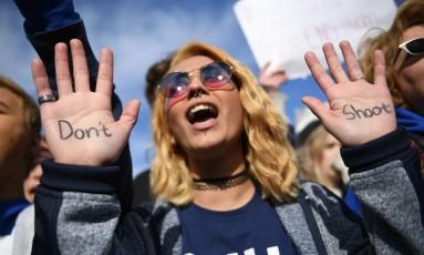 """Manifestante escreve, na palma das mãos, """"Don't shoot"""", que em português é """"Não atire"""" Foto: AFP"""