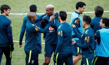 Jogadores da seleção brasileira se divertem durante treino em Berlim Foto: AFP