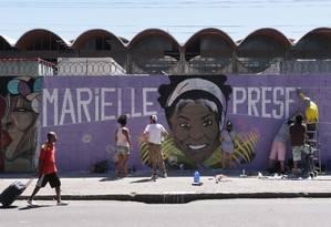 Grafiteiros reproduzem a foto da Vereadora Marielle Franco, na Avenida Presidente Vargas, proximo à prefeirura do Rio Foto: Cléber Júnior / Agência O Globo