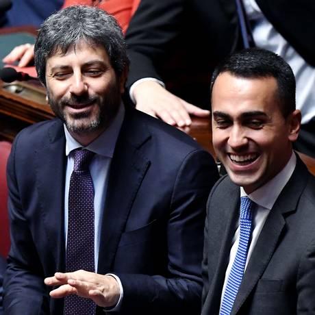 Líderes do Movimento Cinco Estrelas, Luigi di Maio (direita) e seu vice, Roberto Fico, comemoram eleição Foto: TIZIANA FABI / AFP
