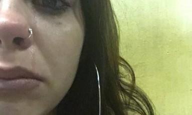 Jovem chora em delegacia Foto: Arquivo pessoal