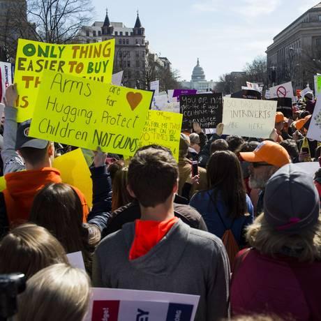 Manifestantes de reúnem com o Congresso ao fundo para protestar por controle de armas Foto: Zach Gibson / AFP