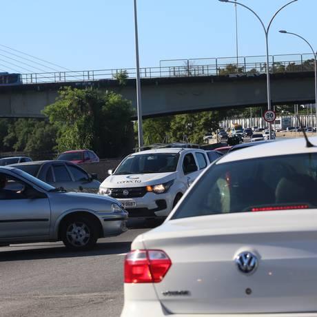 Carros começaram a voltar na contramão com medo de que a via estivesse passando por um arrastão Foto: Fabiano Rocha / Fabiano Rocha