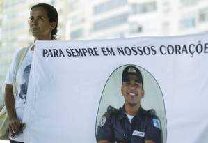 Policiais e parentes de policiais vítimas de violência fazem manifestação em apoio à intervenção militar no Rio, na orla de Copacabana Foto: Gabriel de Paiva / Agência O Globo
