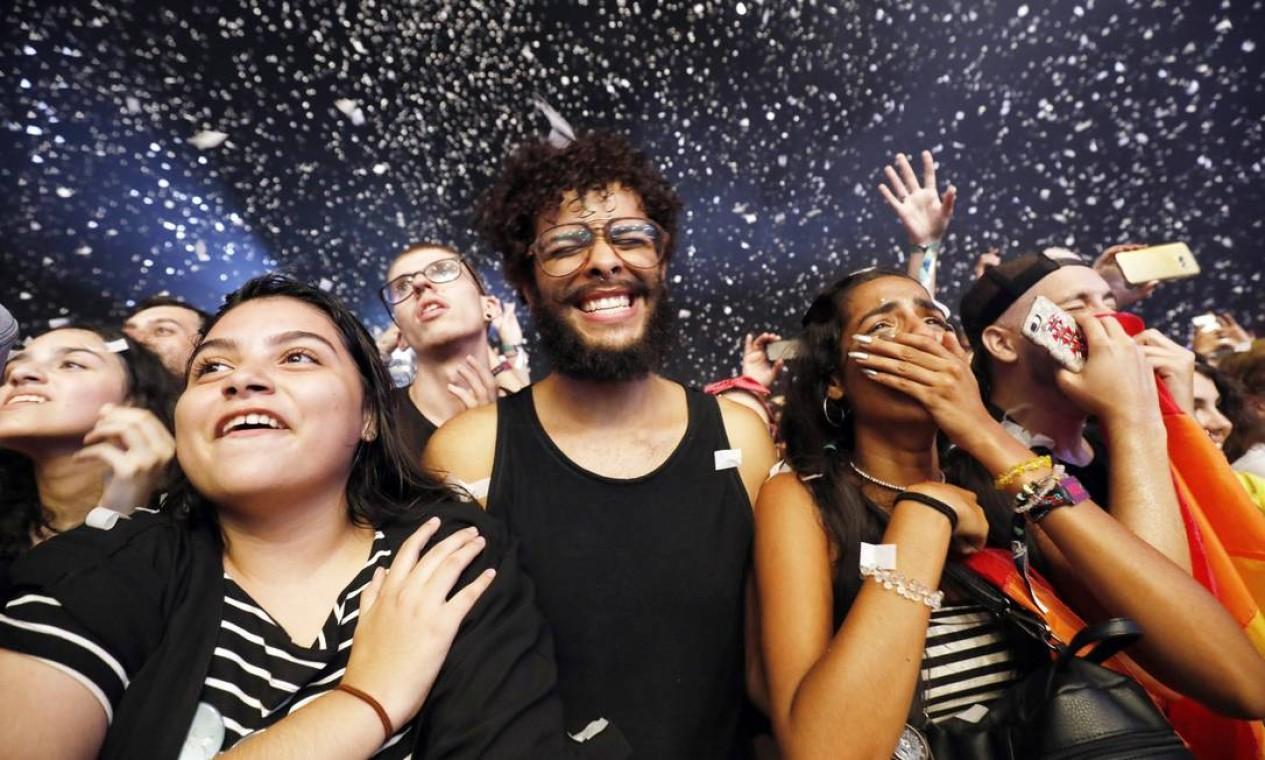 Alguns fãs não seguraram a emoção durante o show do Imagine Dragons Foto: Lucas Tavares / Agência O Globo