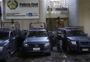 Movimentaçao Policial na DH Barra Apos Ocorrencia de Varias Vitimas Fatais na Rocinha. Foto: Fábio Guimarães / Agência O Globo