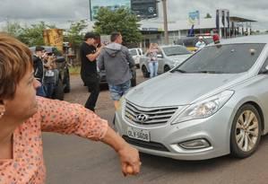 Em São Miguel do Oeste (SC), carro da comitiva de Lula é atacado por manifestantes: pedra atingiu ex-deputado petista Paulo Frateschi, que foi ferido na orelha e hospitalizado Foto: Daniel Teixeira / Estadão Conteúdo
