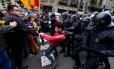 Manifestante é puxado por policiais em Barcelona