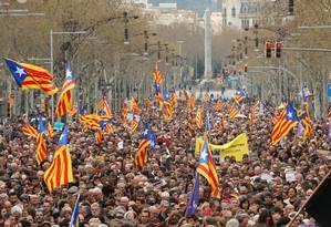 Protesto nas ruas de Barcelona após prisão do ex-presidente catalão Carles Puigdemont Foto: ALBERT GEA / REUTERS